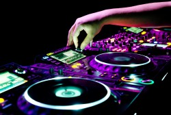 what to look for when booking a dj - 1